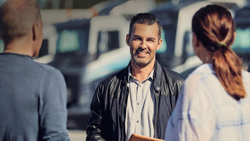 Uomo che rende efficiente il business con Volvo Trucks